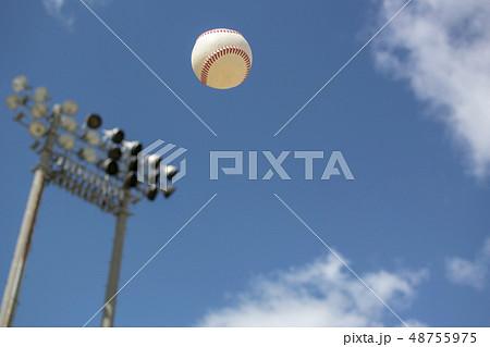 野球 照明塔 日中 ボール 48755975