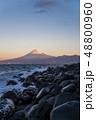 静岡県沼津市の西伊豆の海岸から駿河湾の海越しに冬の富士山を望む 48800960