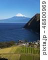 静岡県沼津市井田。西伊豆地方にある観光スポット「煌めきの丘から」から駿河湾越しの富士山を望む絶景 48800969