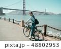 自転車 橋 女性の写真 48802953
