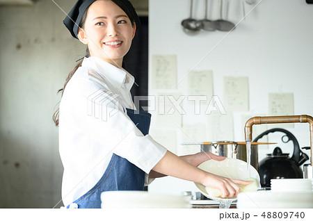 キッチン レストラン 女性 48809740