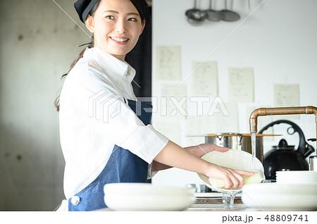 キッチン レストラン 女性 48809741