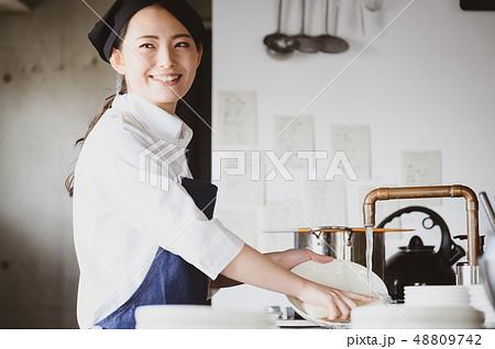キッチン レストラン 女性 48809742