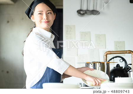 キッチン レストラン 女性 48809743