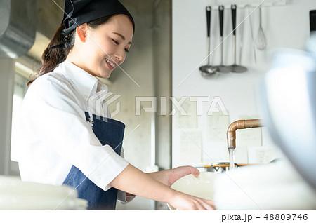 キッチン レストラン 女性 48809746