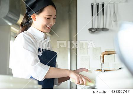 キッチン レストラン 女性 48809747