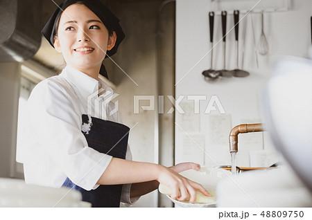 キッチン レストラン 女性 48809750