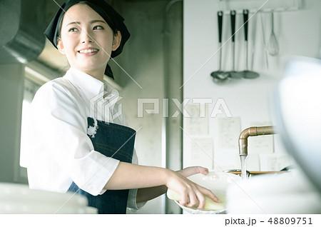キッチン レストラン 女性 48809751