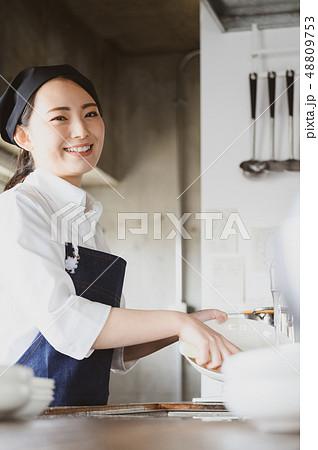 キッチン レストラン 女性 48809753