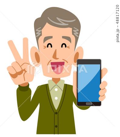 スマートフォンを手に持ちピースサインを示すシニアの男性 48817120