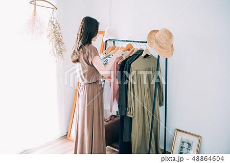 洋服を選ぶ女性 48864604