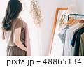 洋服を選ぶ女性 48865134
