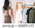 洋服を選ぶ女性 48865135