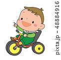 三輪車に乗った、小さな男の子。 48884916