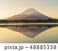 精進湖湖畔の早朝の逆さ富士 48885338