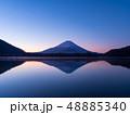 精進湖湖畔の早朝の逆さ富士 48885340