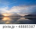 精進湖湖畔からの朝靄にかすむ富士山 48885387