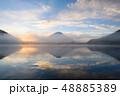 精進湖湖畔からの朝靄にかすむ富士山 48885389