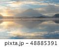 精進湖湖畔からの朝靄にかすむ富士山 48885391