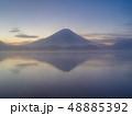 精進湖湖畔からの朝靄にかすむ富士山 48885392