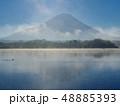 精進湖湖畔からの朝靄にかすむ富士山 48885393