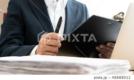 書類とビジネスマン 48888012