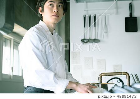 キッチン レストラン 男性 48891475