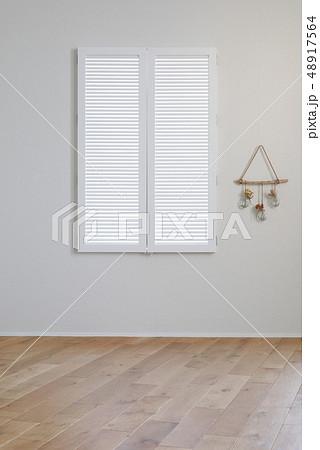 白い窓 48917564