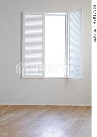 白い窓 48917568