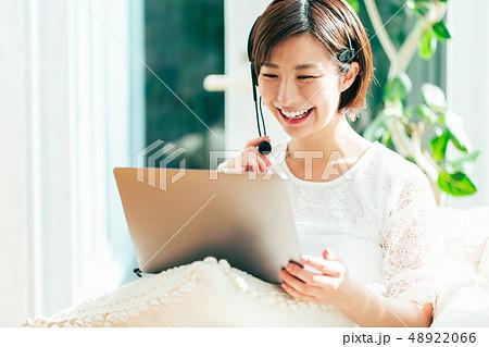 パソコン オンライン 女性 家 自宅 48922066