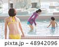 プール プールサイド 人物の写真 48942096