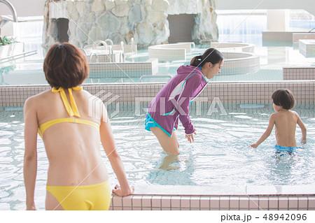リゾートホテル プール 遊ぶ 48942096