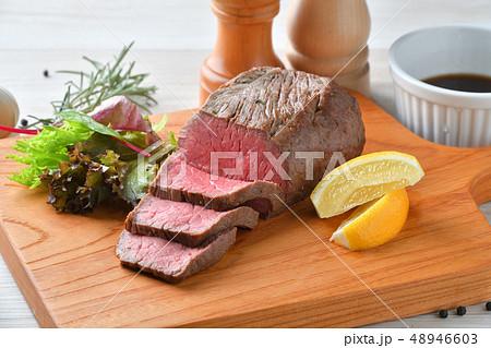 ローストビーフ、肉料理、手作り。国産交雑牛の牛モモ肉ブロックを使ったローストビーフです。 48946603