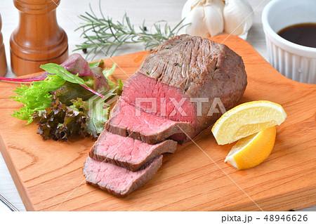 ローストビーフ、肉料理、手作り。国産交雑牛の牛モモ肉ブロックを使ったローストビーフです。 48946626
