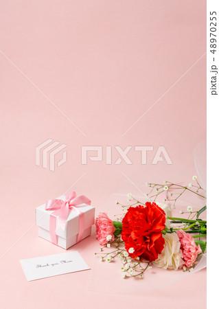 【母の日】カーネーションの花束とギフトボックス 48970255
