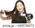 女性 ドライヤー 髪の毛の写真 48978873
