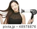 女性 ドライヤー 髪の毛の写真 48978876
