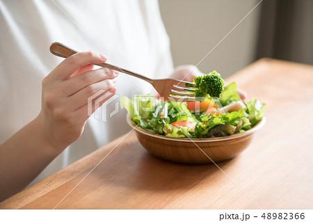サラダを食べる若い日本人女性の手元 48982366