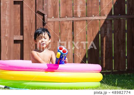 お庭 芝生 男の子 水遊び 48982774