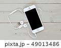スマートフォンとイヤホン 49013486