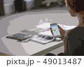 スマートフォンを見る女性 49013487