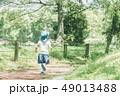 公園を走る園児 49013488