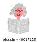 新聞を読むおばあちゃん 49017125