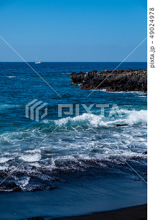 beautiful view on ocean water and black lava sand 49024978
