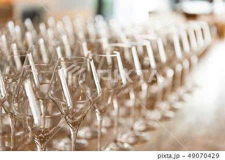 ワイングラス パーティー 49070429