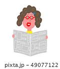 新聞を読む女性 49077122