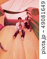 遊園地のエアー遊具で遊ぶ親子 49081649