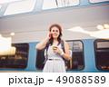 女性 電車 列車の写真 49088589