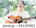 ギター 女性 楽器 49100962