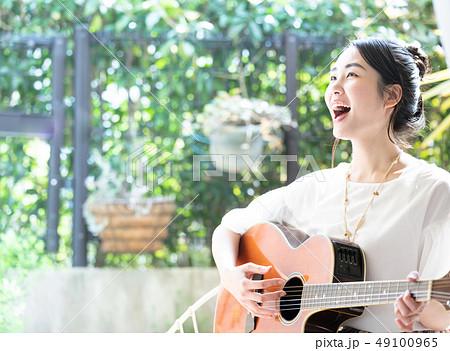 ギター 女性 弾き語り 49100965